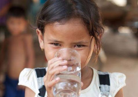 girl-drinking-water